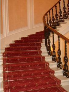 Как правильно настелить ковер на лестнице