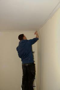 Красим потолок водоэмульсионной краской легко и просто